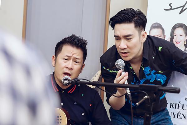 Bằng Kiều đệm guitar cho Quang Hà hát