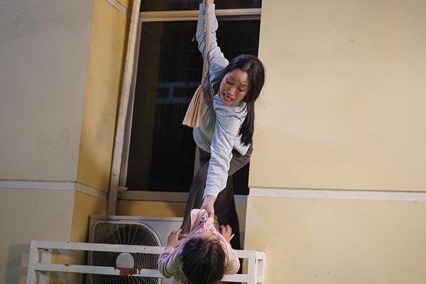 """Sự thật phía sau cảnh phim nguy hiểm """"thót tim"""" của mẹ con Ốc Thanh Vân"""