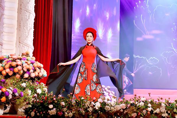 NSƯT Trịnh Kim Chi lưu giữ lại nét đẹp của hồn Việt trong Áo dài Việt Hùng