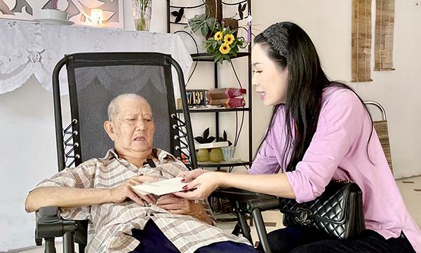 NSƯT Trịnh Kim Chi giúp đỡ Mạc Can và nhiều nghệ sĩ nghèo