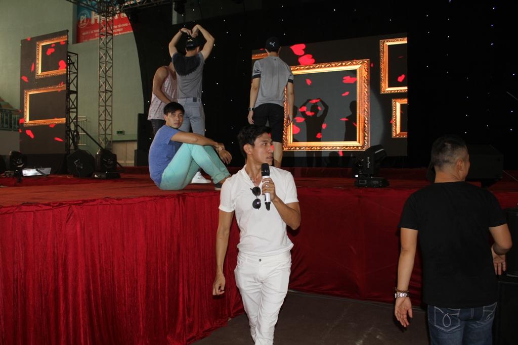 Bạn trai Oanh Yến tất bật chạy ngược xuôi hai show diễn thời trang.