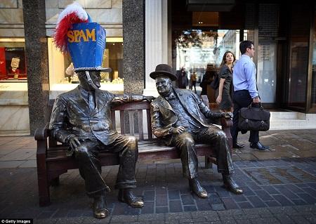 Đội mũ cho tượng - một cách gây ấn tượng của du lịch London