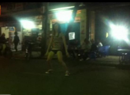 Hai cô gái 'giật lắc' điên cuồng trước đầu xe trộn bê-tông