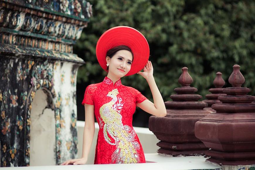 Rực rỡ với mẫu áo dài đỏ của NTK Tommy Nguyễn