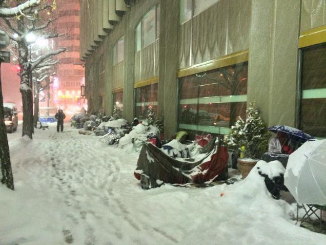 Fan cuồng Apple ngủ xuyên đêm trong tuyết chờ khuyến mại