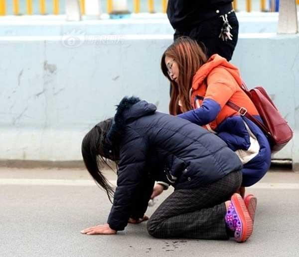Mẹ quỳ gối xin con đừng nhảy cầu tự tử vì tình