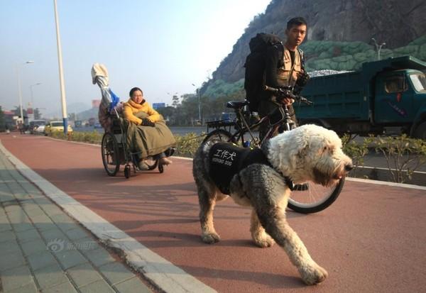 Chàng trai đưa bạn gái khuyết tật đi khắp đất nước bằng xe đạp