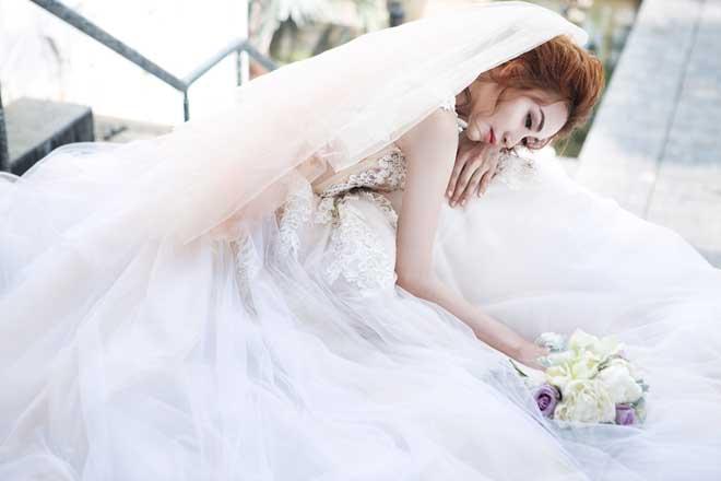 Ngân Khánh khoe vẻ đẹp mong manh với váy cưới xuyên thấu