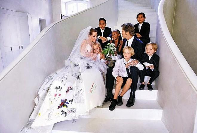Angelina Jolie hai lần cưới Brad Pitt