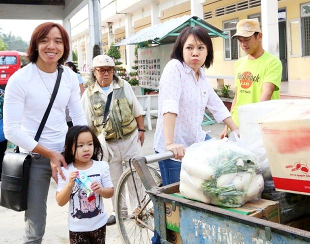 Việt Hương cùng chồng con đi từ thiện