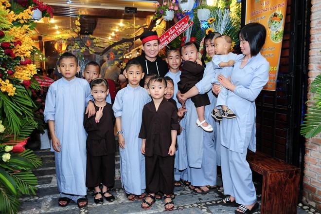 Phi Nhung cười hạnh phúc bên 18 người con