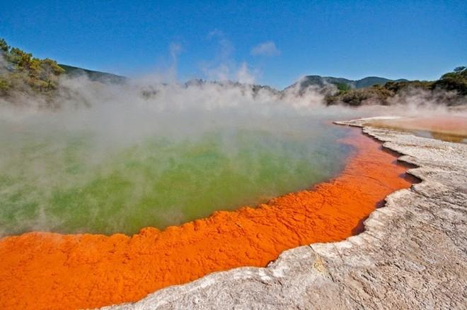 Vẻ đẹp kỳ ảo của hồ sủi bọt và bốc khói