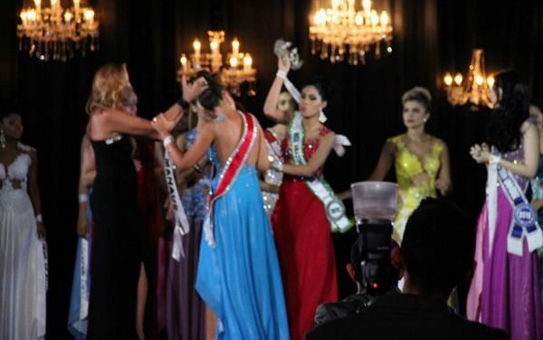 Á hậu thô bạo giật và ném vương miện của Hoa hậu Amazon 2015