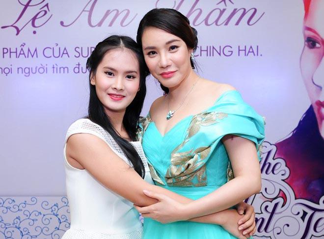 Cô bé bán kẹo kéo lột xác khi xuất hiện cùng Hồ Quỳnh Hương