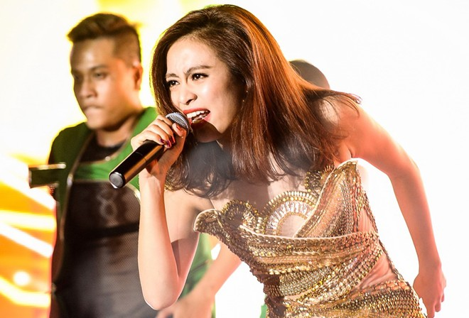 Hoàng Thùy Linh biểu diễn bốc lửa sau vụ xóa tên ở The Remix