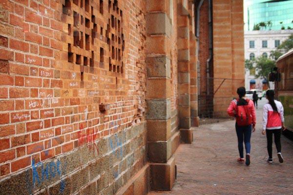 Nhà thờ Đức Bà giờ thành nơi vẽ bậy cho các bạn trẻ