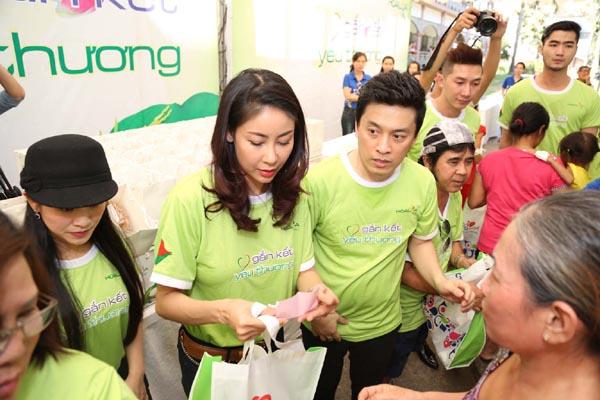 Lam Trường cùng HH Hà Kiều Anh Gắn kết yêu thương tại bệnh viện Nhi Đồng 2