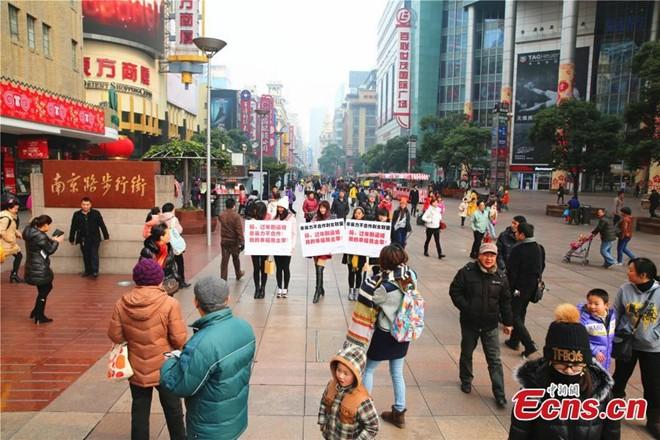 Phụ nữ độc thân diễu hành để chống áp lực lấy chồng