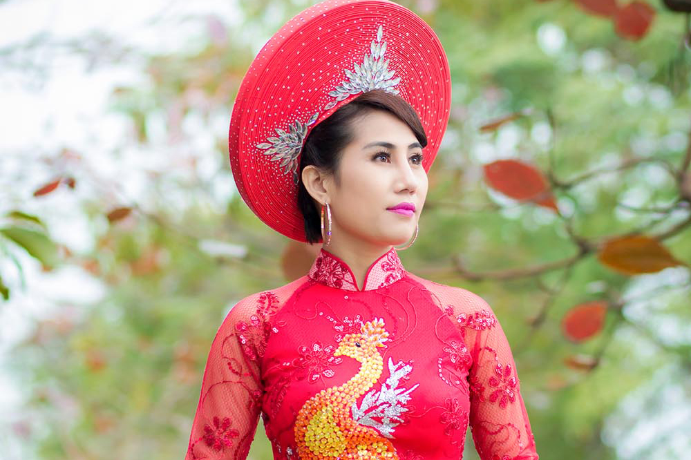 Áo dài đỏ Hoa Xuân lộng lẫy của NTK Tommy Nguyễn