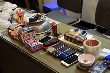 Cảnh sát đột kích xưởng sản xuất đồ nghề đánh bạc bịp