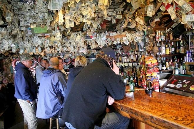 Quán bar nổi tiếng vì 'ngập' trong tiền