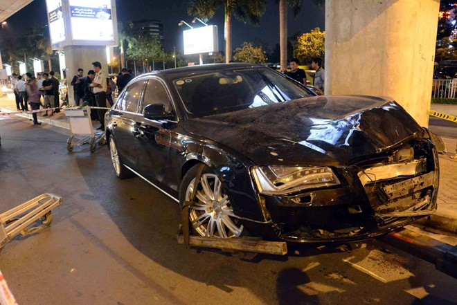Xe Audi đón ca sĩ nổi tiếng tông 11 người ở Tân Sơn Nhất