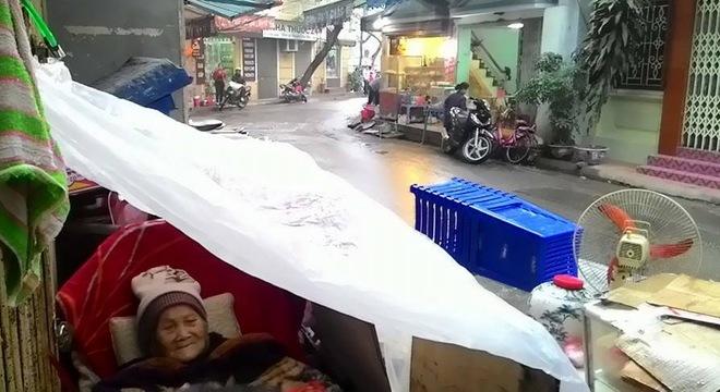Cụ bà 95 tuổi bị bê ra đường, nằm thâu đêm trong mưa rét