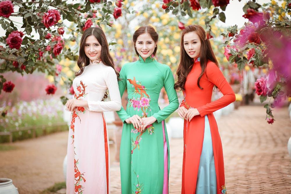 Ba nàng thơ tha thướt du xuân với áo dài Tommy Nguyễn