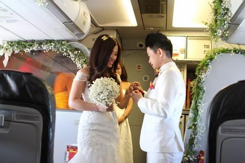 Đám cưới bất ngờ trên độ cao 12.000m của cặp đôi đồng tính nữ người Việt