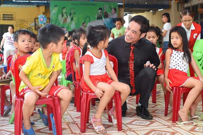 Ngọc Sơn phát 2 tấn gạo cho trẻ em nghèo khó ngày cận Tết