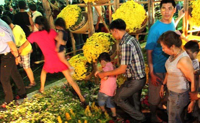 Đường hoa xuân ở Sài Gòn bị giẫm nát ngày khai mạc