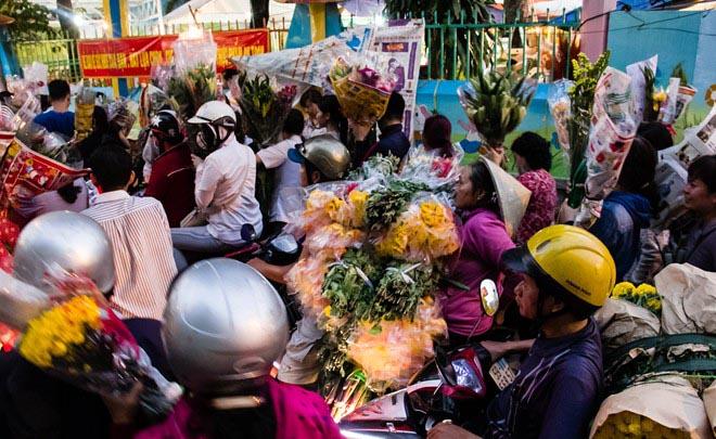 Chợ hoa lớn nhất Sài Gòn đặc nghẹt ngày cuối năm