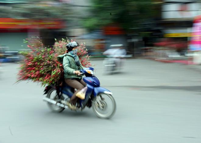 Không khí chiều 30 Tết ở Hà Nội, Sài Gòn