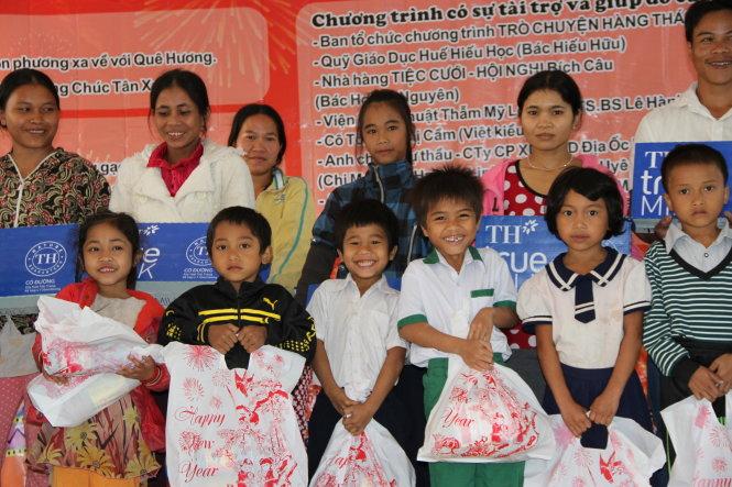 Sinh viên về quê tặng quà tết cho trẻ em miền núi