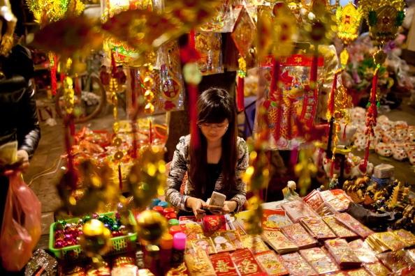 Báo Trung Quốc viết về tục lì xì ngày Tết của người Việt