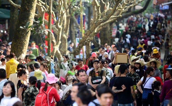 Hàng nghìn người đổ về chùa Hương ngày khai hội