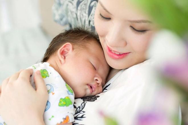 Hạnh phúc giản dị của sao Việt khi làm mẹ