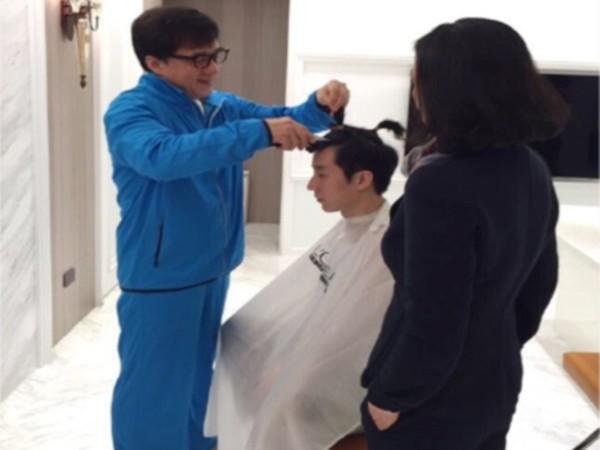Thành Long cắt tóc cho con trai sau khi ra tù