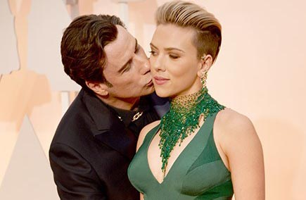 Scarlett Johansson bênh vực John Travolta cưỡng hôn