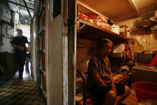 Cuộc sống trong lồng sắt của người nghèo ở Hong Kong