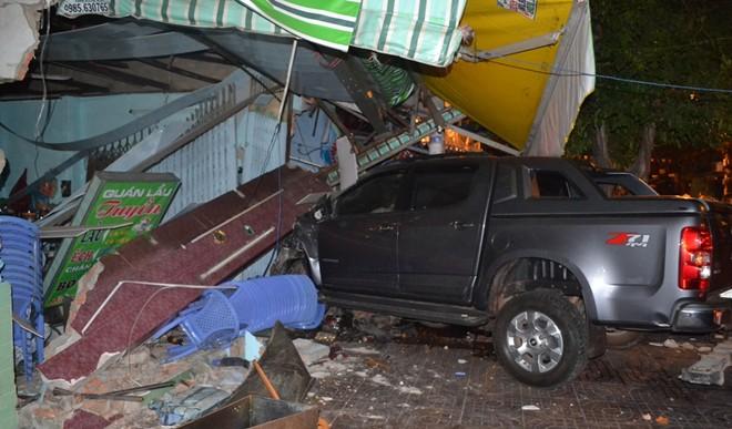 Ôtô 'điên' tông sập nhà dân lúc rạng sáng ở Sài Gòn