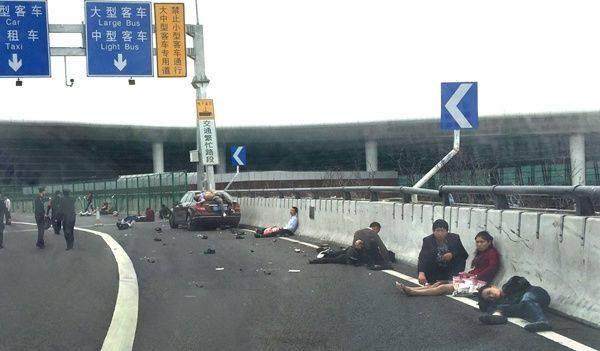 Ô tô lao vào đám đông, 9 người chết tại sân bay Thâm Quyến