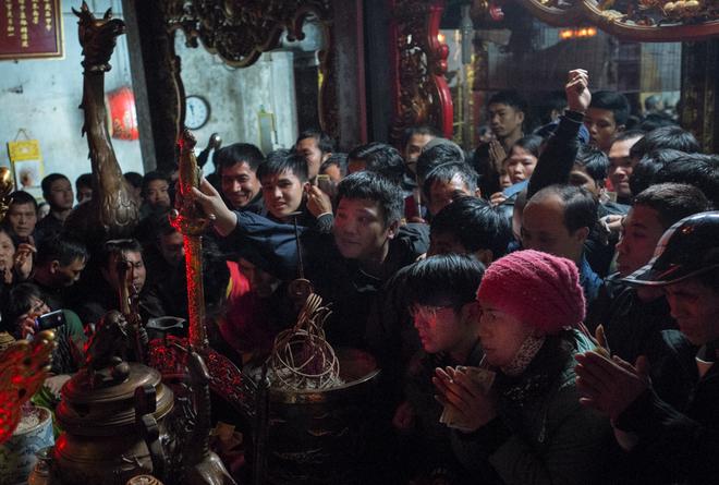 Người dân xô đẩy cướp hoa lễ ở đền Trần