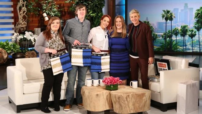 Gia đình của chiếc váy gây tranh cãi được tặng 10.000 USD