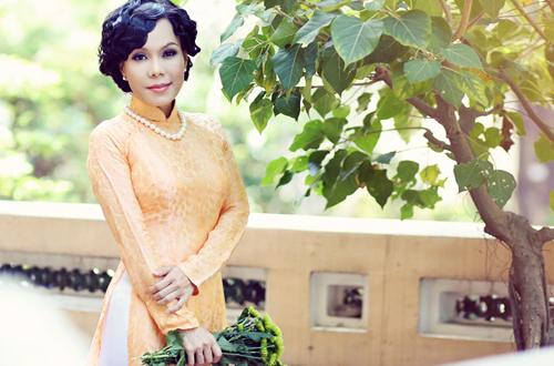 Việt Hương dịu dàng với áo dài