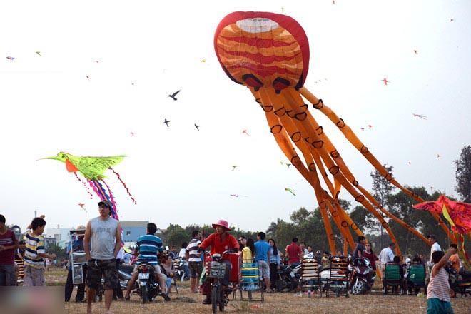 Diều khổng lồ no gió trên bầu trời Sài Gòn