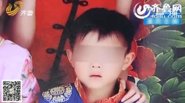 Xót xa em bé mất mạng sau khi ăn kẹo mút nhặt được bên lề đường