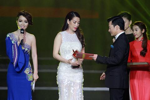 Trương Ngọc Ánh nhận Cánh diều vàng từ chồng cũ