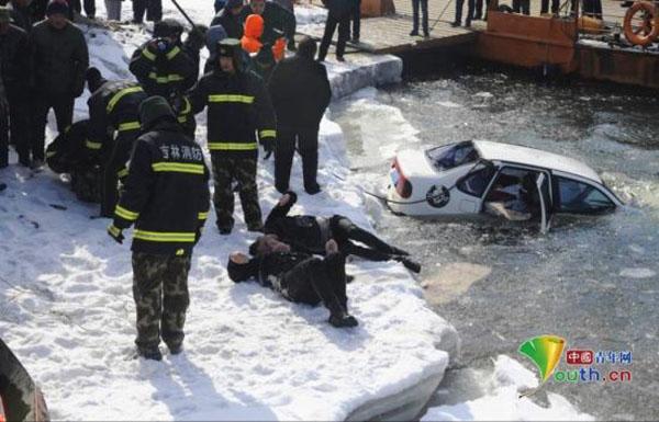 Cặp đôi ôm nhau chết khi xe lao xuống sông