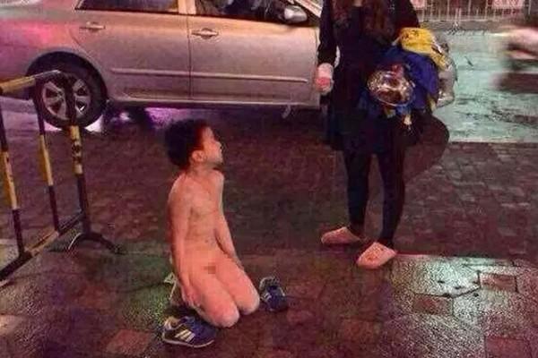 Em bé bị mẹ lột hết quần áo, phạt quỳ giữa phố xin tiền